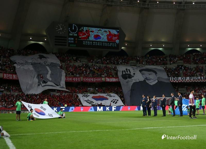 韓国人、頭がおかしくなって対オーストラリア戦で安重根・李舜臣の横断幕を掲げる